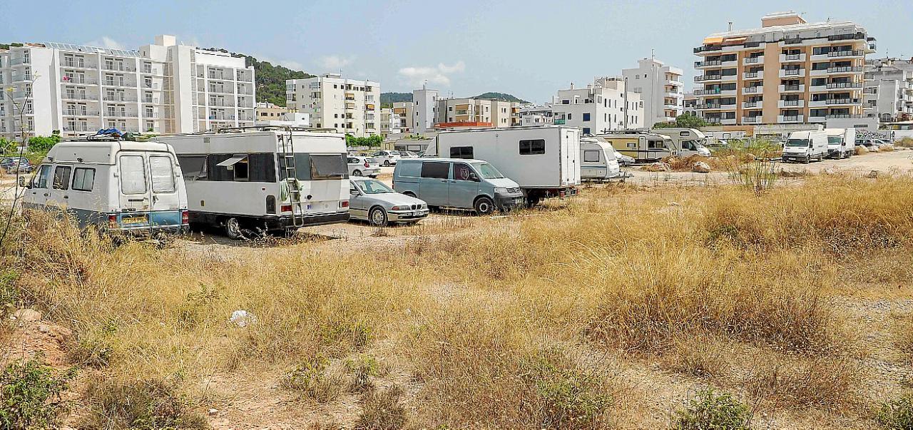 Una pareja con tres niños vive en una caravana de 7 m² por no poder pagar un alquiler en Ibiza