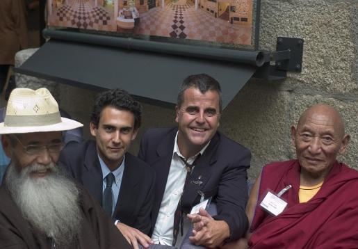 Cantos, segundo por la derecha, junto al abogado José Elías Esteve y a victimas y testigos tibetanos. De izq. a der. Takna Jigme