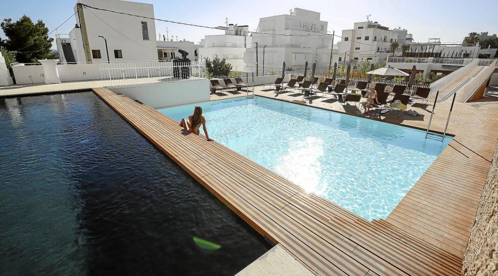 varios clientes se relajan en la zona exterior de piscinas del nuevo od talamanca