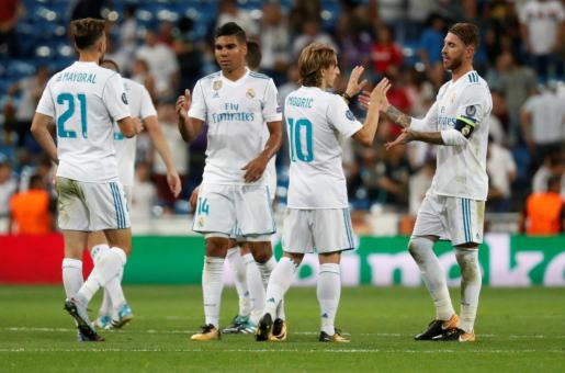 Soccer Football - Champions League - Real Madrid vs Apoel Nicosia - Santiago Bernabeu Stadium, Madrid, Spain - September 13, 2017 Real Madrid¿s Sergio Ramos (R), Luka Modric (2nd R) and Casemiro celebrate after the match  REUTERS/Paul Hanna SOCCER-CHAMPIONS-MAD-APO/