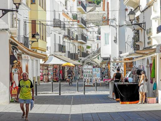 Una calle llena de comercios en el barrio de la Marina en Vila.